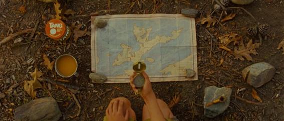Khaki Scout Sam Shakusky pesquisa cuidadosamente em mapa no filme Moonrise Kingdom (Foto: Reprodução).